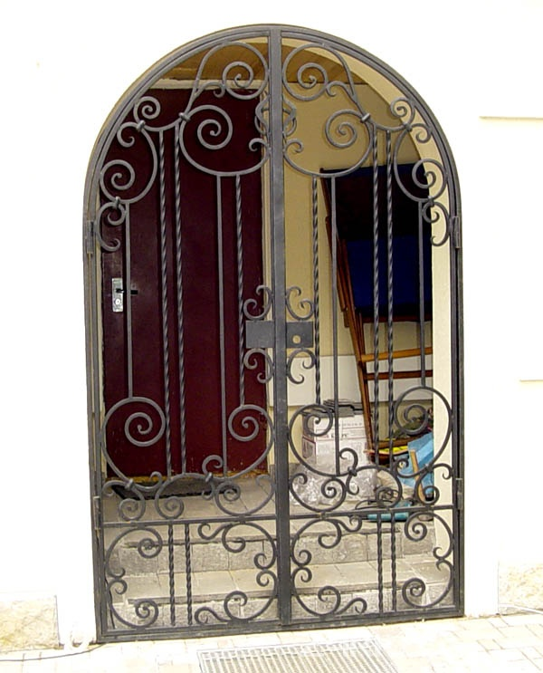 двери решетчатые металлические двухстворчатые